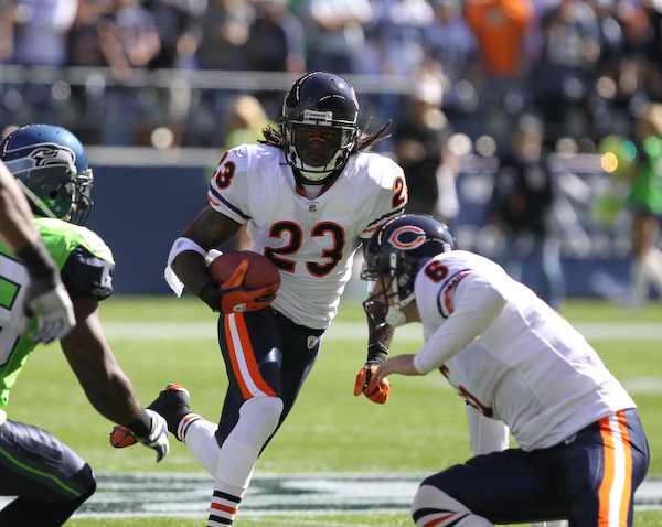 Devin Hester looks for a hole as Jay Cutler gives him a block.