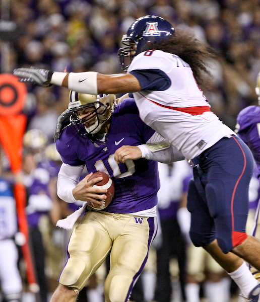 Arizona's Vuna Tuihalamaka tries to sack Jake Locker.