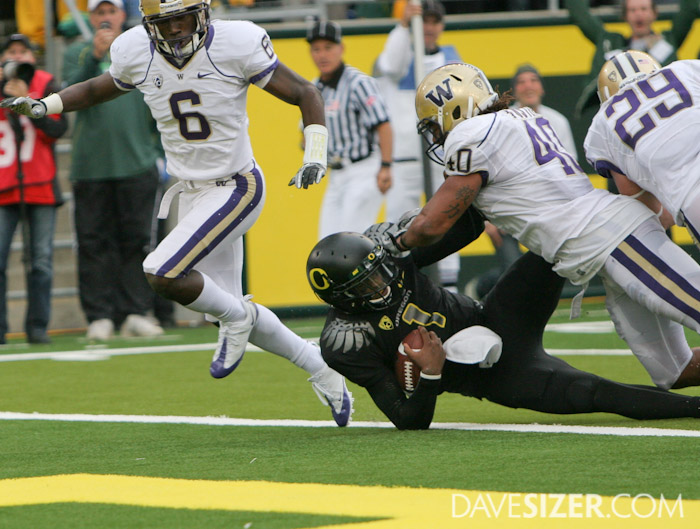 Darron Thomas dives in for a TD.