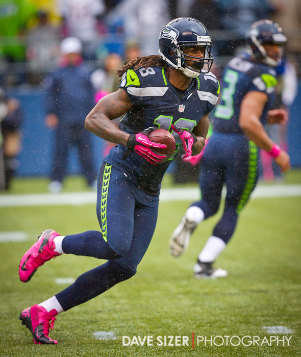 Seahawks WR Sidney Rice takes the ball on this reverse.