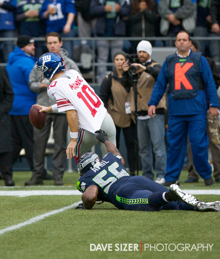 Cliff Avril tries to drag down Eli Manning.