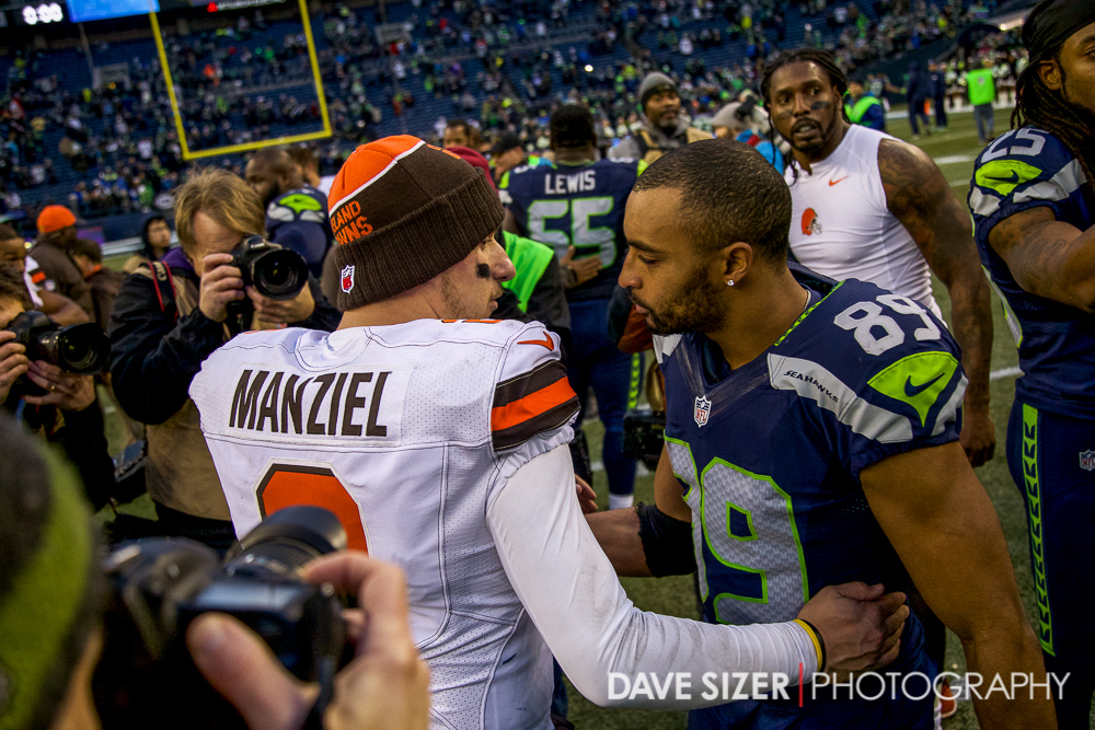 Doug Baldwin and Johnny Manziel chat after the game.
